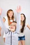 Μικρό παιδί που πηδά μπροστά από τα κορίτσια Στοκ Εικόνες