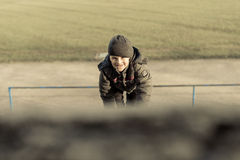 Μικρό παιδί που σέρνεται επάνω στην κλίση Στοκ φωτογραφία με δικαίωμα ελεύθερης χρήσης