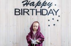 Μικρό παιδί που στέκεται στο μεγάλο μέγεθος αθλητικών κοστουμιών Γενέθλια του παιδιού στοκ φωτογραφία με δικαίωμα ελεύθερης χρήσης