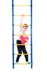 Μικρό παιδί που στέκεται τα ζωηρόχρωμα σκαλοπάτια και που κρατά μια κόκκινη καρδιά Στοκ Εικόνες
