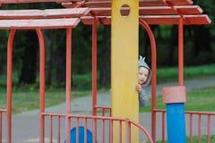 Μικρό παιδί που τιτιβίζει στην παιδική χαρά παιδιών ` s Στοκ Φωτογραφίες