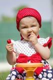 Μικρό παιδί που τρώει ένα κεράσι Στοκ Εικόνες