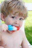 Μικρό παιδί που τρώει ένα popsicle στοκ εικόνα με δικαίωμα ελεύθερης χρήσης