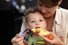 Μικρό παιδί που τρώει το bruschetta στοκ εικόνες με δικαίωμα ελεύθερης χρήσης