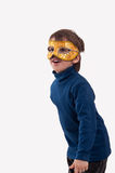 Μικρό παιδί που φορά μια χρυσή μάσκα καρναβαλιού, που προσποιείται να είναι ένα superhero Στοκ εικόνες με δικαίωμα ελεύθερης χρήσης