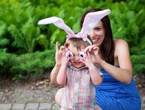 Μικρό παιδί που φορά τα αυτιά λαγουδάκι και τα ανόητα μάτια αυγών - κλείστε επάνω Στοκ εικόνες με δικαίωμα ελεύθερης χρήσης