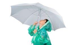 Μικρό παιδί που φορά το παλτό βροχής στο άσπρο υπόβαθρο στοκ εικόνα με δικαίωμα ελεύθερης χρήσης