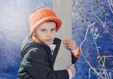 Μικρό παιδί που φορούν τα θερμά ενδύματα και orande καπέλο υπαίθριο Στοκ φωτογραφία με δικαίωμα ελεύθερης χρήσης