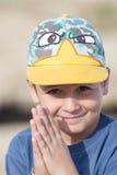 Μικρό παιδί που χαμογελά και που ικετεύει στοκ φωτογραφίες με δικαίωμα ελεύθερης χρήσης