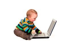 Μικρό παιδί που χρησιμοποιεί το φορητό προσωπικό υπολογιστή στοκ φωτογραφία με δικαίωμα ελεύθερης χρήσης