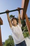 Μικρό παιδί σε μια γυμναστική ζουγκλών Στοκ εικόνες με δικαίωμα ελεύθερης χρήσης
