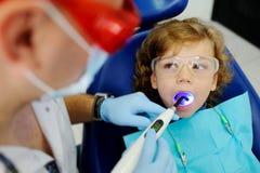 Μικρό παιδί σε μια υποδοχή στον οδοντίατρο Στοκ Εικόνες