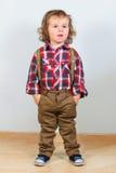 Μικρό παιδί στα αγροτικά ενδύματα στοκ φωτογραφία