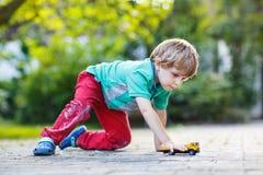 Μικρό παιδί στα μαθηματικά άσκησης πινάκων Στοκ Φωτογραφίες