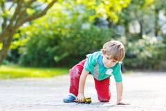 Μικρό παιδί στα μαθηματικά άσκησης πινάκων Στοκ εικόνα με δικαίωμα ελεύθερης χρήσης