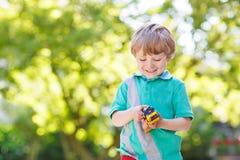 Μικρό παιδί στα μαθηματικά άσκησης πινάκων Στοκ Εικόνα
