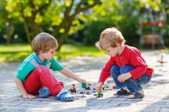 Μικρό παιδί στα μαθηματικά άσκησης πινάκων Στοκ εικόνες με δικαίωμα ελεύθερης χρήσης