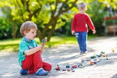Μικρό παιδί στα μαθηματικά άσκησης πινάκων Στοκ Φωτογραφία