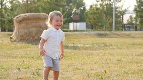 Μικρό παιδί στον ήλιο απόθεμα βίντεο