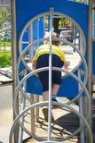 Μικρό παιδί στον αθλητισμό παιχνιδιών παιδικών χαρών Κίνητρο ικανότητας στοκ εικόνες με δικαίωμα ελεύθερης χρήσης