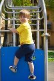 Μικρό παιδί στον αθλητισμό παιχνιδιών παιδικών χαρών Κίνητρο ικανότητας στοκ φωτογραφίες με δικαίωμα ελεύθερης χρήσης