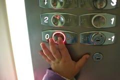 Μικρό παιδί στον ανελκυστήρα Στοκ Φωτογραφίες