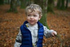 Μικρό παιδί στο δάσος Στοκ εικόνα με δικαίωμα ελεύθερης χρήσης