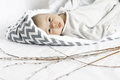 Μικρό παιδί στο άσπρο υπόβαθρο παιδί στον άσπρο και γκρίζο φάκελο Στοκ Φωτογραφία