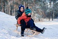 Μικρό παιδί στο έλκηθρο Στοκ Φωτογραφίες