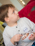 Μικρό παιδί στο εστιατόριο Στοκ Φωτογραφίες