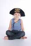 Μικρό παιδί στο κοστούμι πειρατών στο λευκό Στοκ Φωτογραφία