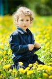 Μικρό παιδί στο πεδίο λουλουδιών Στοκ φωτογραφίες με δικαίωμα ελεύθερης χρήσης