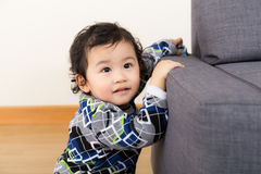 Μικρό παιδί στο σπίτι στοκ φωτογραφία με δικαίωμα ελεύθερης χρήσης