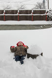 Μικρό παιδί στο χιόνι Στοκ φωτογραφία με δικαίωμα ελεύθερης χρήσης