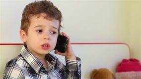 Μικρό παιδί στο smartphone απόθεμα βίντεο