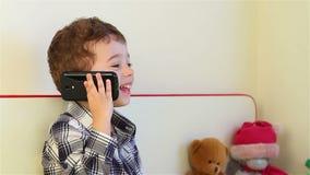 Μικρό παιδί στο smartphone φιλμ μικρού μήκους