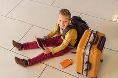 Μικρό παιδί Adoralbe στον αερολιμένα Στοκ Φωτογραφία