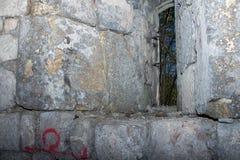 Μικρό παράθυρο σε έναν παλαιό πύργο κάστρων στοκ φωτογραφίες