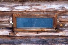 Μικρό παράθυρο σε ένα παλαιό ξύλινο υπόστεγο Στοκ Φωτογραφία