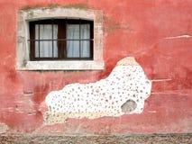 Μικρό παράθυρο στον επικονιασμένο τοίχο Στοκ εικόνα με δικαίωμα ελεύθερης χρήσης