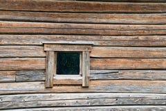 Μικρό παράθυρο στον τοίχο κούτσουρων Στοκ εικόνες με δικαίωμα ελεύθερης χρήσης