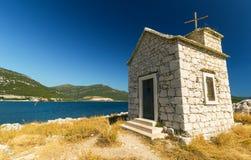 Μικρό παλαιό παρεκκλησι στο νησί σε Klek, Δαλματία, Κροατία Στοκ φωτογραφία με δικαίωμα ελεύθερης χρήσης