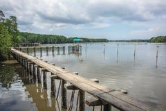 Μικρό περίπτερο και μικρή συγκεκριμένη γέφυρα στον ποταμό, Ταϊλάνδη Στοκ Εικόνες