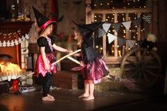 Μικρό πετώντας σκουπόξυλο μαγισσών δύο παιδική ηλικία διακοπές αποκριές Στοκ φωτογραφία με δικαίωμα ελεύθερης χρήσης