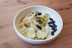 Μικρό πιάτο με τα κομμάτια του δέρματος καιφαγωμένα των σπόρων από ?αγωμένα cherimoya φρούτα, cherimola Annona στοκ φωτογραφίες