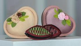 Μικρό πορτοφόλι από τον κάλαμο και το μαύρο κιβώτιο επίγειων καρδιών Στοκ Εικόνα