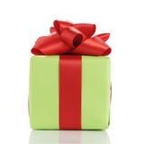 Μικρό πράσινο κιβώτιο δώρων το κόκκινο τόξο κορδελλών που απομονώνεται με στο λευκό Στοκ φωτογραφία με δικαίωμα ελεύθερης χρήσης