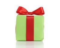 Μικρό πράσινο κιβώτιο δώρων το κόκκινο τόξο κορδελλών που απομονώνεται με στο λευκό Στοκ εικόνα με δικαίωμα ελεύθερης χρήσης