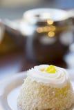 Μικρό προσωπικό κέικ επιδορπίων λεμονιών Στοκ εικόνες με δικαίωμα ελεύθερης χρήσης