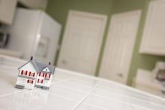 Μικρό πρότυπο σπίτι στο μετρητή κουζινών του σπιτιού Στοκ εικόνες με δικαίωμα ελεύθερης χρήσης